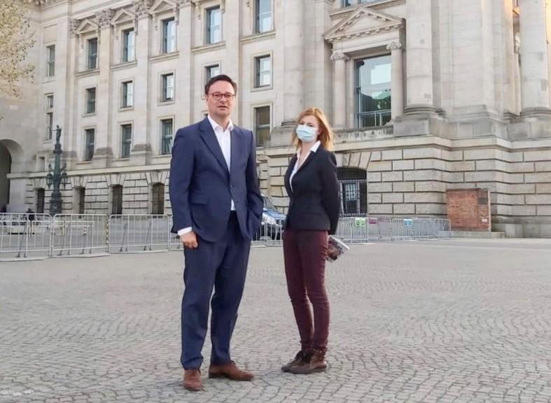 Der deutsche Bundestagsabgeordnete Oliver Luksic (FDP) und Linnéa Findeklee vom MERANER MORGEN (Quelle: MERANER MORGEN)